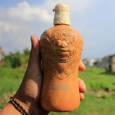 Bebida Arak en botella de arcilla