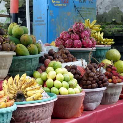 Frutas exóticas en mercadillo balinés