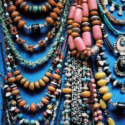 Joyas marroquíes colgantes, brazaletes, anillos y aretes