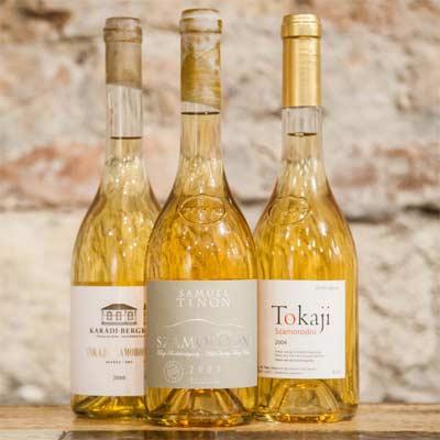 Botellas de licores típicos de Budapest como el Tokaj
