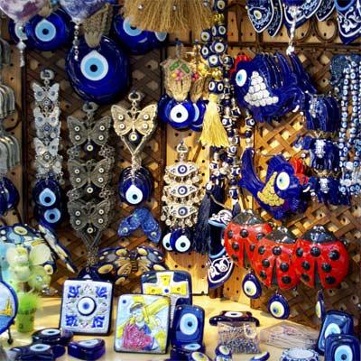 Puesto de ventas de amuletos con el ojo turco