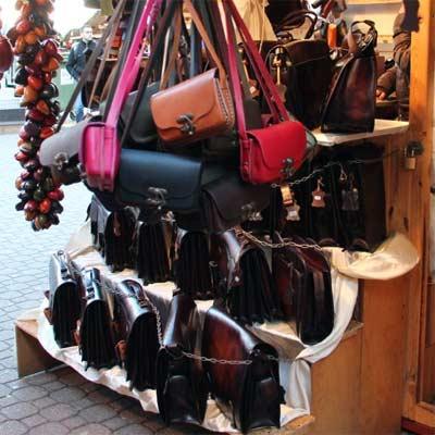 Bolsos y maletines de cuero en mercado de Budapest