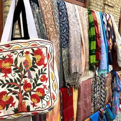 Ropa de algodón, bazar Uzbekistán