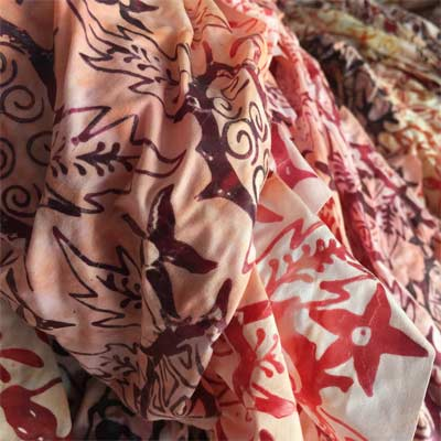 Ropajes con tintado Batik